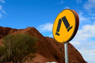 エアーズロックの岩山と標識の写真素材 [FYI01690327]