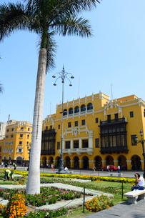 アルマス広場と黄色い建物の写真素材 [FYI01690330]