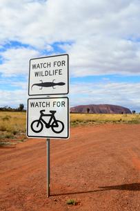 エアーズロック国立公園内の自転車の標識の写真素材 [FYI01690511]