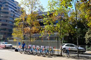 街中の貸し自転車スタンドの写真素材 [FYI01690532]