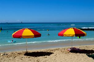 ワイキキビーチの砂浜のビーチパラソルの写真素材 [FYI01690536]