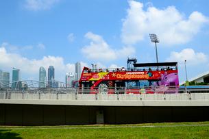 オープントップのダブルデッカーの市内ツアーバスの写真素材 [FYI01690614]