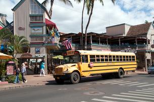 ラハイナの街中のスクールバスの写真素材 [FYI01690635]