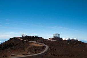 ハレアカラ国立公園の天文台と山岳道路の写真素材 [FYI01690719]