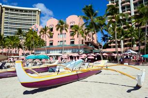 ワイキキビーチの砂浜のアウトリガーカヌーの写真素材 [FYI01690725]