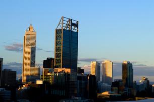 パース市街の高層ビルに映る夕日の写真素材 [FYI01690796]