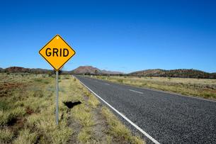 アリススプリングス近郊のララピンタドライブの道路と青空道路標識の写真素材 [FYI01690832]