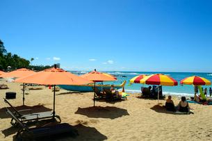 ワイキキビーチの海と青空とパラソルの写真素材 [FYI01690834]