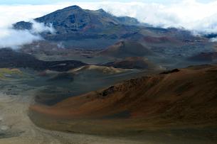 ハレアカラ国立公園ビジターセンターからの山岳展望の写真素材 [FYI01690932]