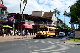 ラハイナのフロント通りのスクールバスの写真素材 [FYI01690946]