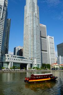 シンガポール川と高層ビル群の写真素材 [FYI01690956]