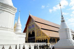 寺院のワット・スアン・ドークの白色塔の写真素材 [FYI01691257]