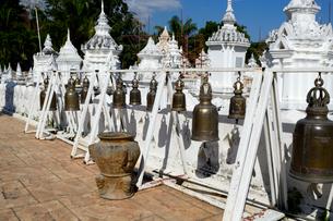 寺院のワット・スアン・ドークの白色塔の写真素材 [FYI01691349]