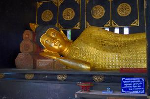 寺院のワット・チェディ・ルアン金色の涅槃仏の写真素材 [FYI01691365]