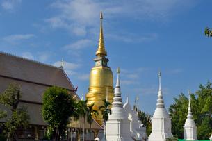 寺院のワット・スアン・ドークの金色塔の写真素材 [FYI01691378]