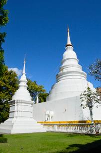 寺院のワット・プラシンの白色の塔の写真素材 [FYI01691403]