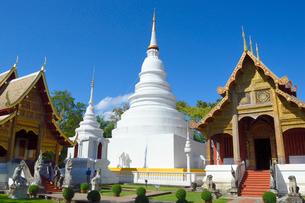 寺院のワット・プラシンの白色の塔の写真素材 [FYI01691439]