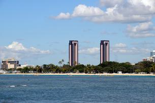 アラモアナビーチパークの海とビル群の写真素材 [FYI01691472]