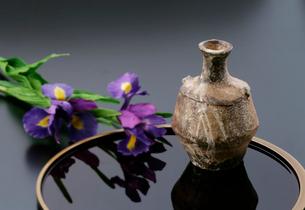 陶器と菖蒲の写真素材 [FYI01691557]
