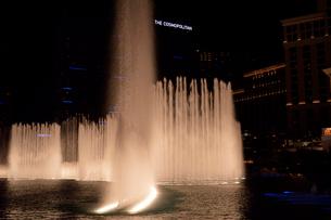 ラスベガスのホテルの夜の噴水ショーの写真素材 [FYI01691680]
