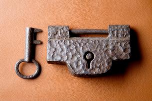 古い和錠と鍵の写真素材 [FYI01691731]