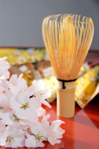 桜と茶せん扇子の写真素材 [FYI01691739]