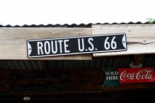 ヒストリックルート66のアンティークな店の看板の写真素材 [FYI01691768]