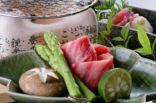 牛肉の七輪焼きイメージの写真素材 [FYI01691781]