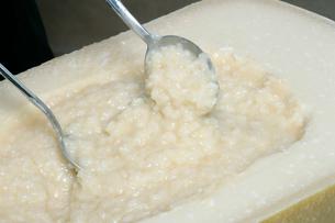 ゴーダチーズのチーズリゾットの写真素材 [FYI01691847]