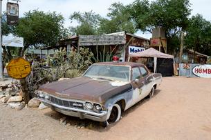 ヒストリックルート66のアンティークな店のクラシックカーの写真素材 [FYI01691867]