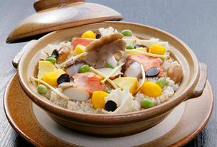 秋の味覚イメージ キノコと栗の炊き込みご飯の写真素材 [FYI01691885]