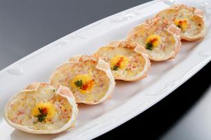 洋風 蟹グラタンの甲羅盛りの写真素材 [FYI01691898]