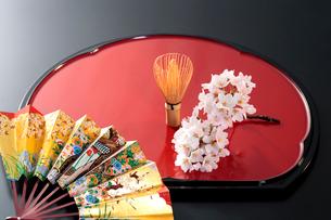 扇子と茶せんと桜の写真素材 [FYI01691919]