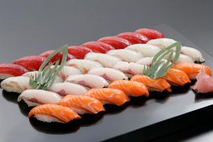 握り寿司の盛り合わせの写真素材 [FYI01691926]
