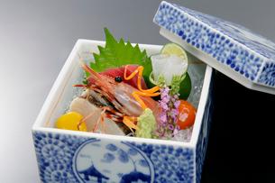 陶器に盛られた刺身の盛り合わせ料理の写真素材 [FYI01691931]