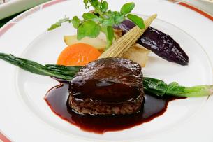 フィレステーキの野菜添え,赤ワインソースの写真素材 [FYI01691947]
