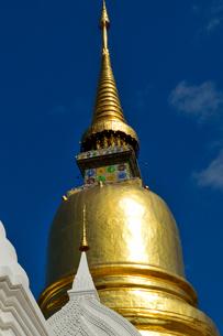 寺院のワット・スアン・ドークの金色塔の写真素材 [FYI01691956]