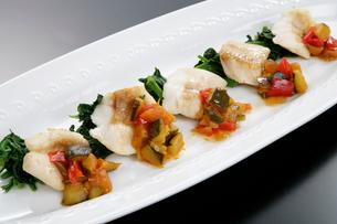洋風 鯛の野菜添えの写真素材 [FYI01692032]
