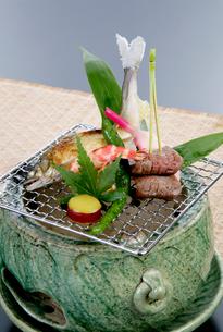 日本料理、鮎、牛肉の焼き物の写真素材 [FYI01692034]