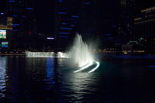 ラスベガスのホテルの夜の噴水ショーの写真素材 [FYI01692038]