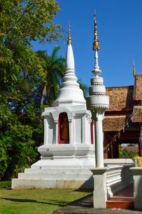 寺院のワット・プラシンの白色の塔の写真素材 [FYI01692050]