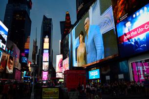 ニューヨークのタイムズスクエアの夜景の写真素材 [FYI01692052]
