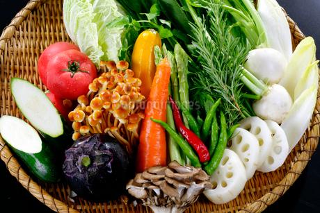 ザルにのせた旬の野菜盛りの写真素材 [FYI01692076]