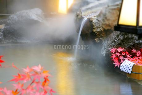 秋の露天風呂のイメージの写真素材 [FYI01692090]