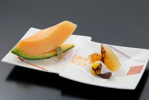 焼きリンゴと薄い餅の上に栗と小豆あんこ(秋のデザート)の写真素材 [FYI01692103]