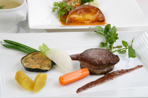 フィレステーキの野菜添え,の写真素材 [FYI01692133]