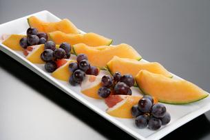 フルーツの3種盛り合わせデザートの写真素材 [FYI01692144]