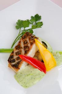 鯛のグリエ野菜添えの写真素材 [FYI01692162]