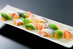 海老と魚のにぎり寿司の写真素材 [FYI01692172]