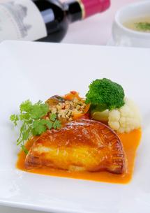 蟹、ホタテのパイ包みの写真素材 [FYI01692184]